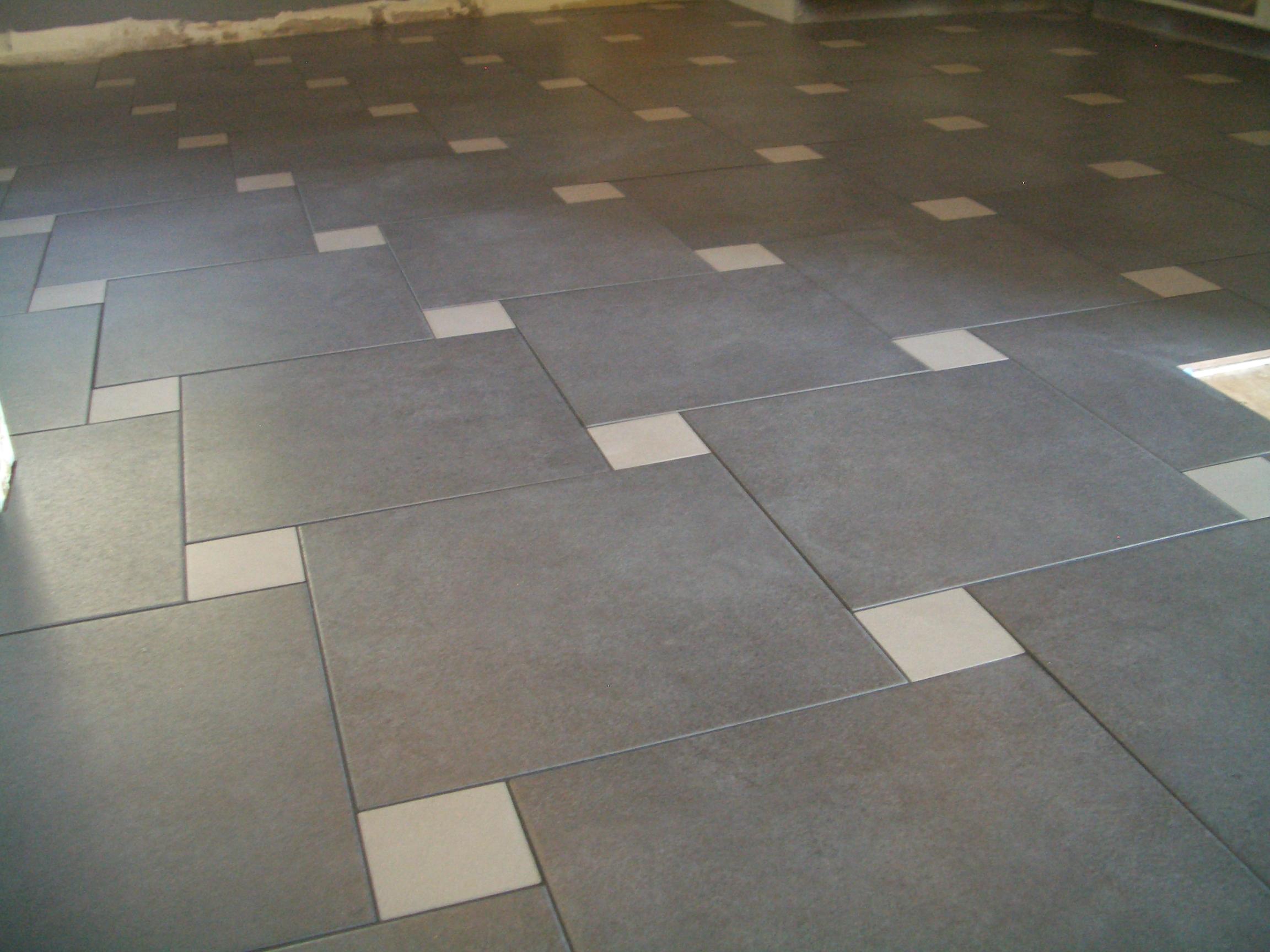 плитка на полу разных цветов